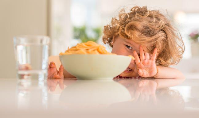 Lille pige skubber pasta fra sig
