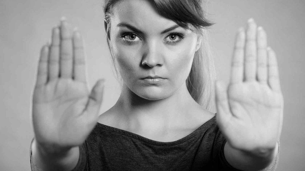 Foto af kvinde der sætter hænderne frem for at markere sin personlige grænse